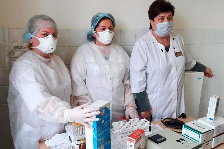 Медики Кисловодской городской специализированной инфекционной больницы с распакованным оборудованием