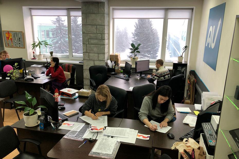 Сотрудницы компании заполняют анкеты для вступления в регистр