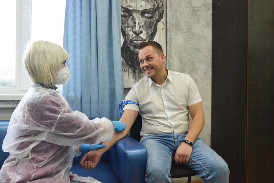 Генеральный директор ГК «Аура» Платон Курченко сдает кровь на типирование