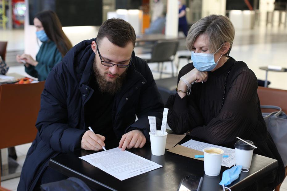 Заместитель директора по развитию АНО «Приволжский регистр доноров костного мозга», руководитель бюро Русфонда в Татарстане Наталья Сперанская помогает добровольцу с заполнением анкеты