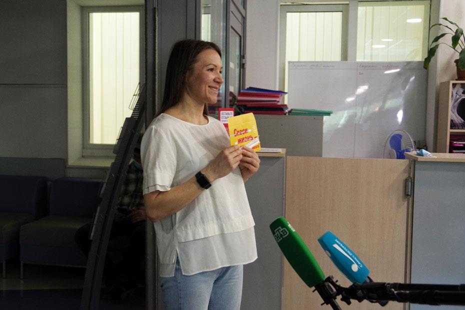 Любовь Белозерова рассказывает об акции журналистам