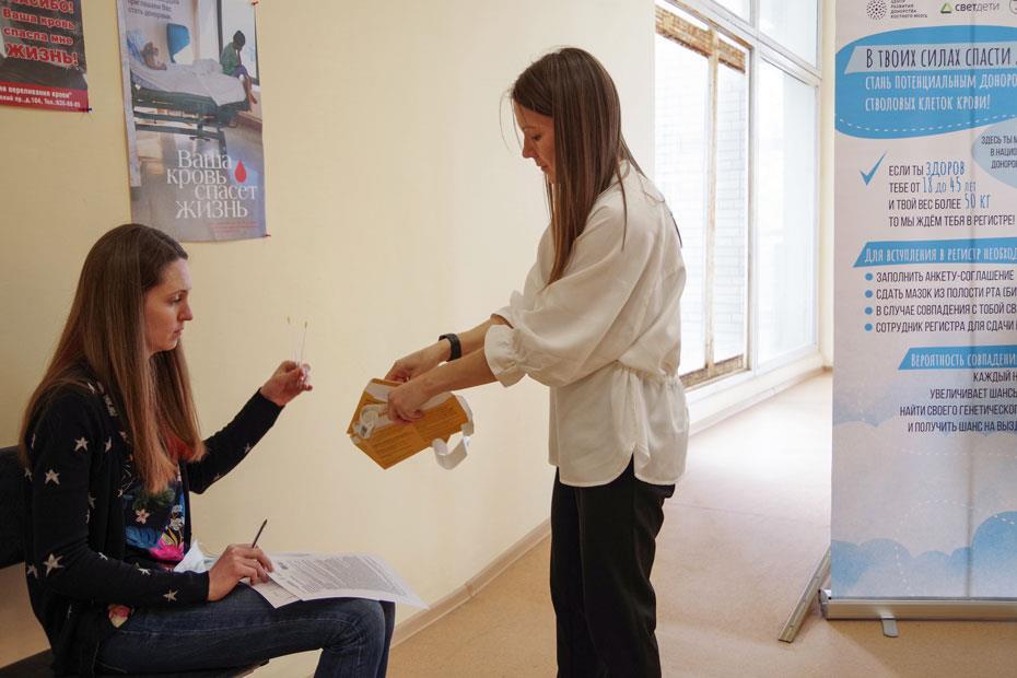 Директор Центра развития донорства костного мозга и координатор донорских акций Национального РДКМ Любовь Белозерова помогает упаковать образцы в конверт