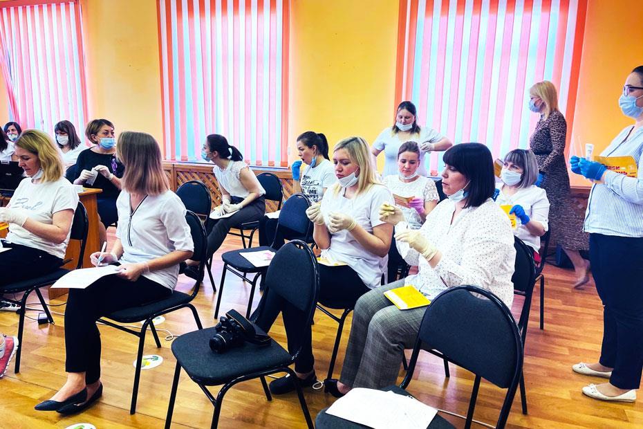 Участницы акции заполняют анкеты и берут пробы