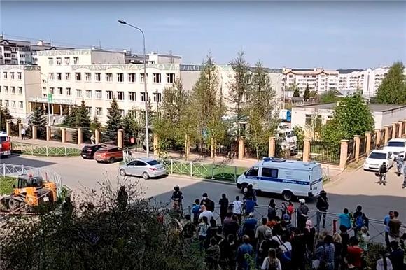 Из-за стрельбы вказанской школе погибли семь детей иучительница