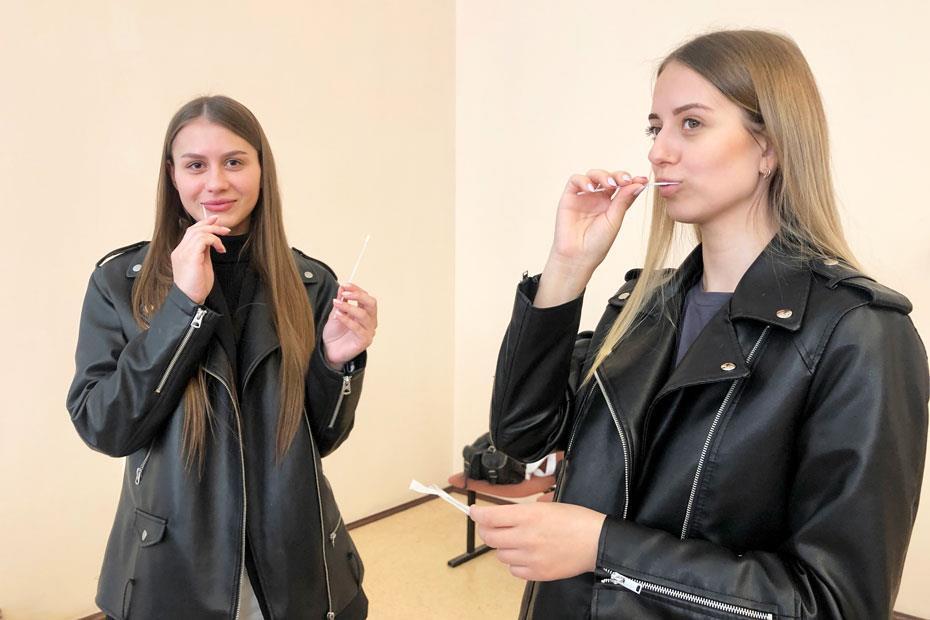 Студентки берут пробы эпителия со внутренней стороны щек. Эти образцы будут отправлены на определение генотипа лабораторию Русфонда в Казанском (Приволжском) федеральном университете