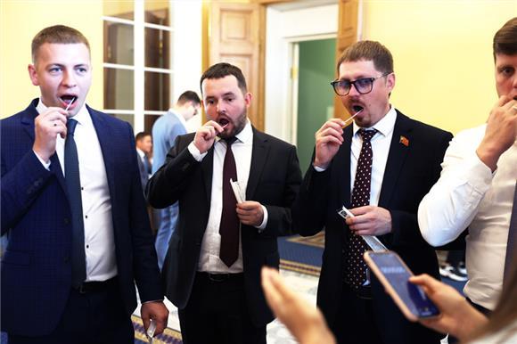 Участники форума Палаты молодых законодателей сдали буккальный эпителий для вступления вНациональный РДКМ