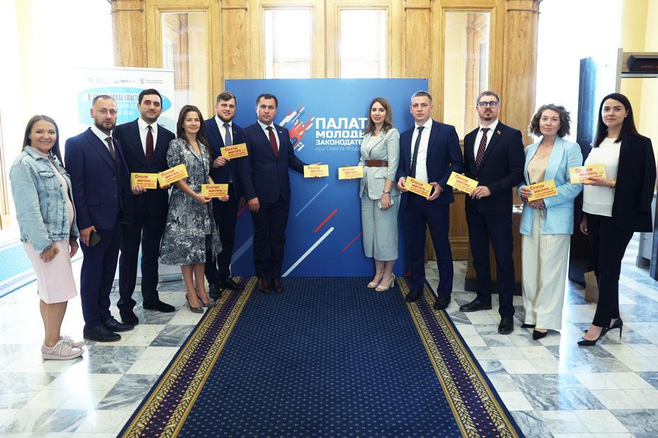 Участники форума с конвертами Национального РДКМ