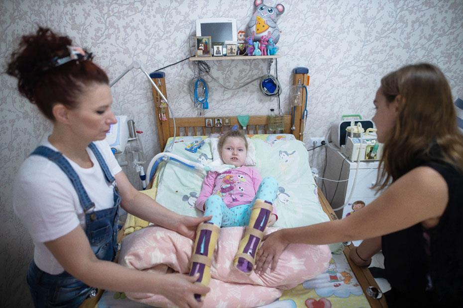 Ариша, мама Таня и Кристина из фонда «Верю в чудо», которая регулярно ее навещает. Фото Александра Подгорчука