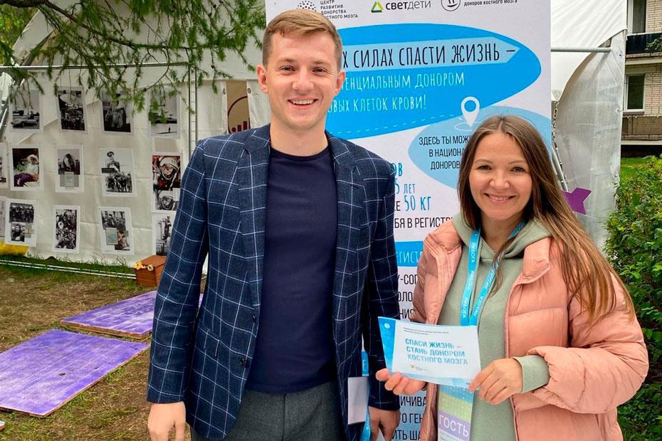 Председатель совета Ассоциации волонтерских центров России Артем Метелев и директор ЦРДКМ Любовь Белозерова