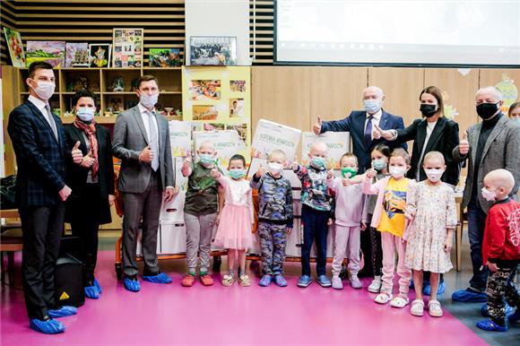 Сбер иРусфонд передали вНМИЦ имени Дмитрия Рогачева «коробки храбрости» для маленьких пациентов