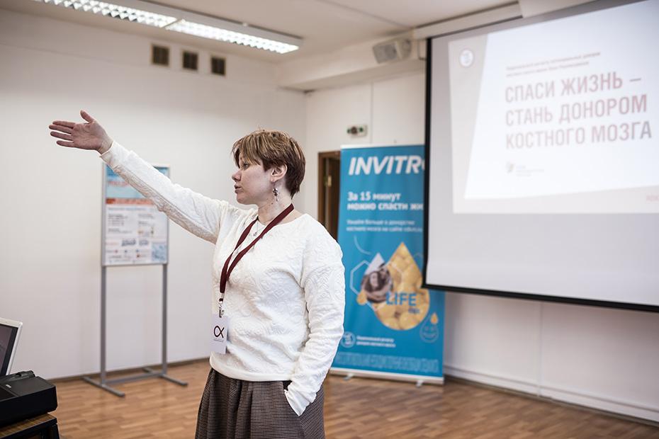 Людмила Геранина читает лекцию для волонтеров-медиков в Краснодаре