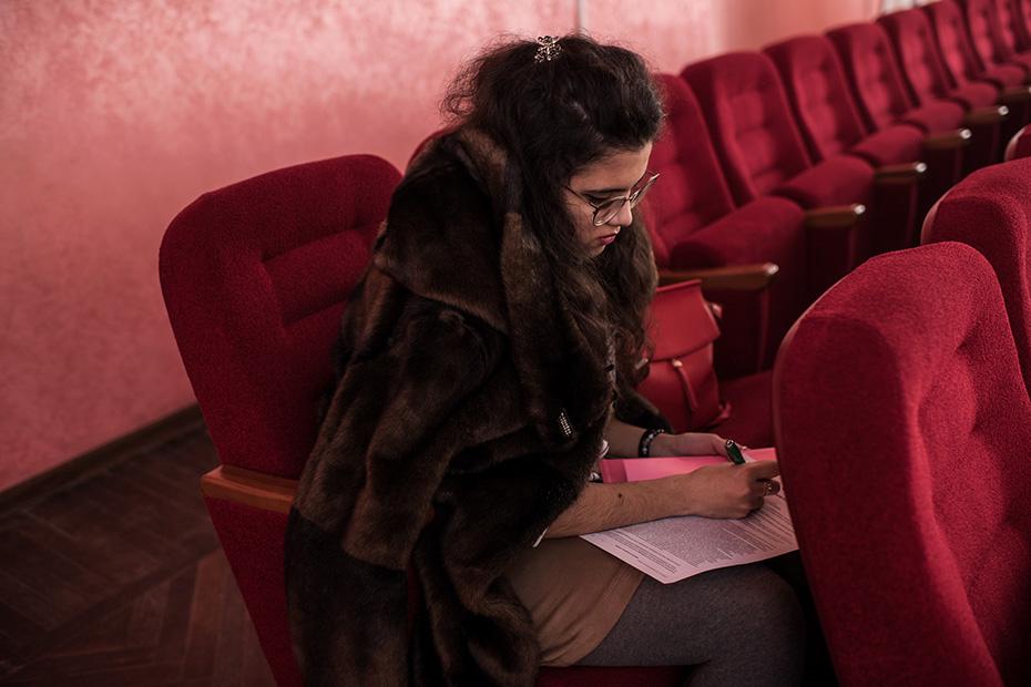 Светлана Азатханян, ординатор-травматолог из Астраханского медуниверситета, заполняет донорскую анкету прямо во время лекции