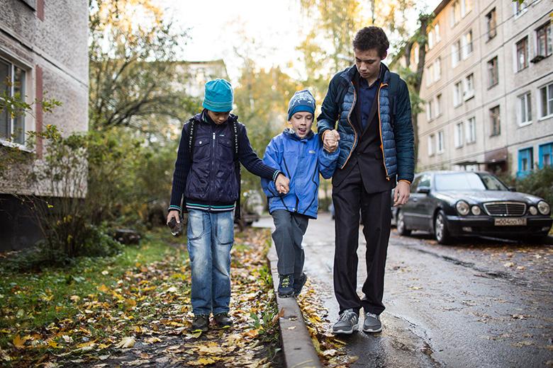 Главное развлечение по дороге в школу – пройтись по бордюру, тут Коле без помощи братьев не обойтись