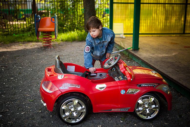 Шестнадцатилетний Мишка много чему научился за два месяца жизни на новом месте: например, он стал обращать внимание на игрушки. Играть, оказывается, тоже нужно уметь
