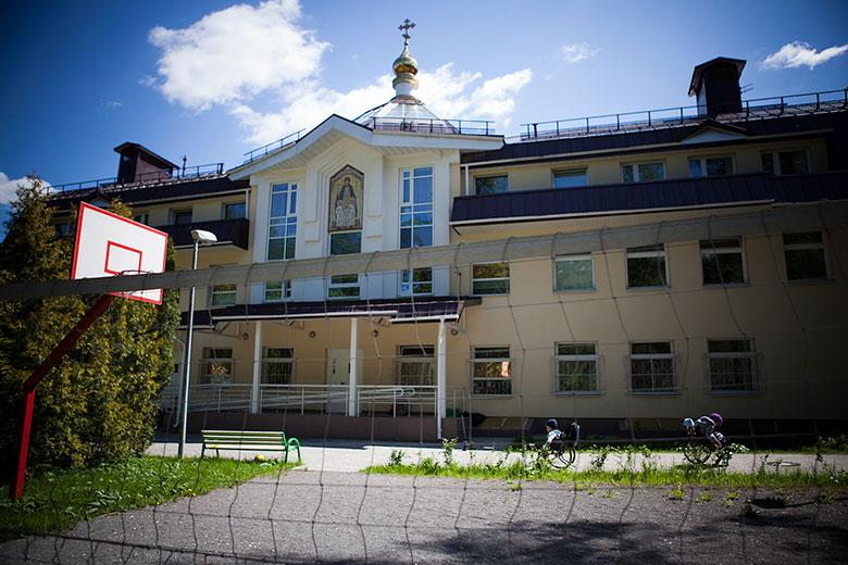 Домик, в котором теперь живут 22 ребенка с тяжелыми множественными нарушениями развития, существовал и раньше как Свято-Софийский православный детский дом для мальчиков