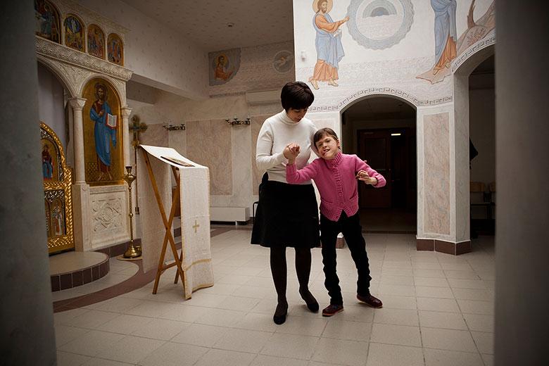 Настя в первый день работы Домика проходит через домовый храм, чтобы попасть к себе в спальню, где, кроме нее, живет только еще одна девочка