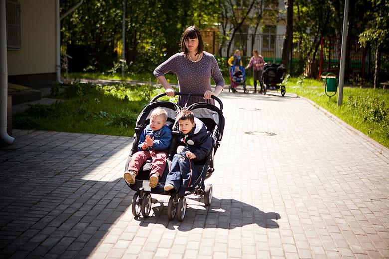 2. Архипа и Колю – двух девятилетних мальчиков – возят на обычной коляске для близнецов