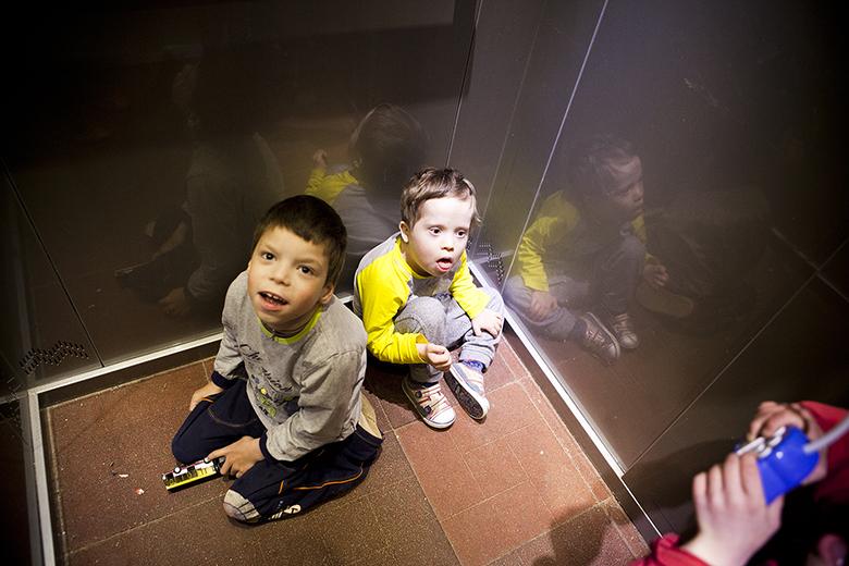 4. Ездить в лифте, нажимать на кнопку, смотреть на свое отражение – это новые и потому очень любимые дела в Колиной жизни