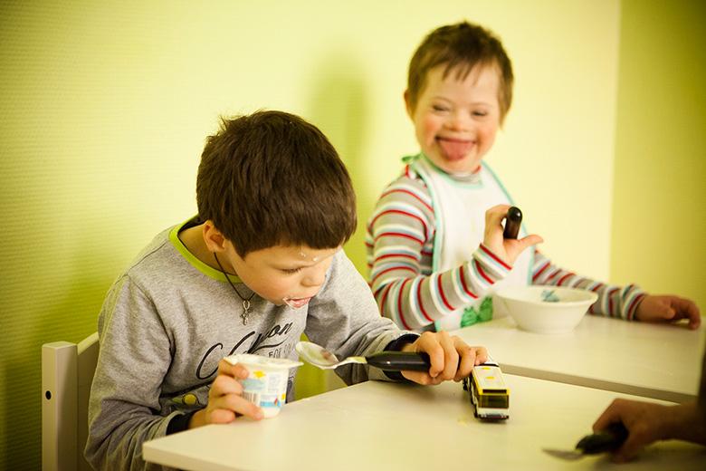 7. Коля самостоятельно ест твердую пищу, может есть ложкой. Он делает это очень аккуратно – редкое качество для ребенка из такого интерната, в котором Коля провел большую часть жизни