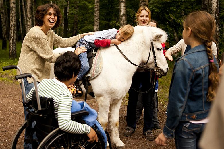 10. Даня набрался смелости полежать на пони на прогулке в Нескучном саду