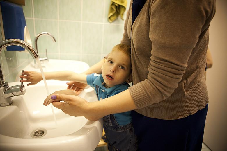 4. Закрывать и открывать кран, самостоятельно мыть руки, чистить зубы своей собственной щеткой – такие простые и такие важные дела