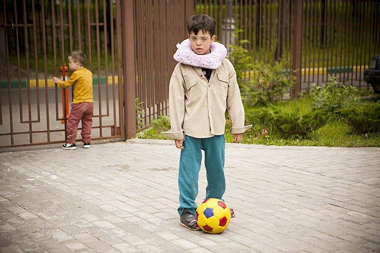 5. В Домике все дети гуляют каждый день, иногда даже по два раза. Благодаря волонтерам рук хватает