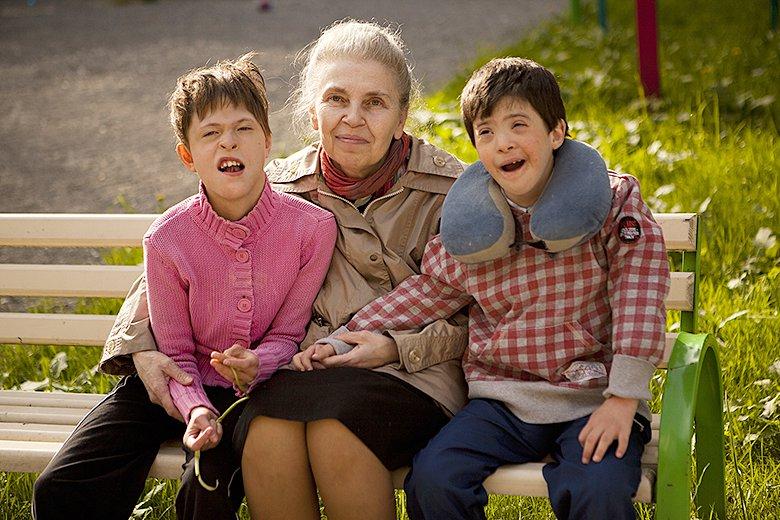 7. Вова со своей подружкой Настей и любимой бабушкой – волонтером Домика Лидией Александровной