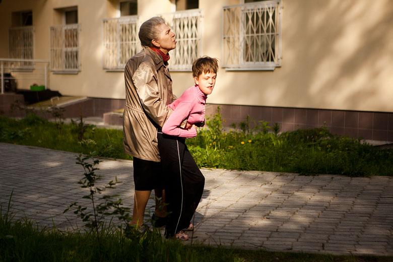 3. Волонтер Лидия Александровна Радыгина помогает Насте на прогулке