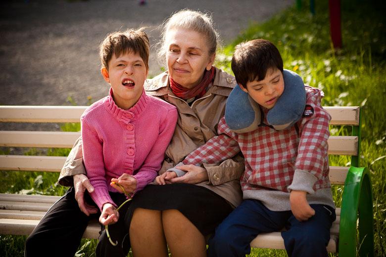 4. Настя, баба Лида (так в Домике называют волонтера Лидию Радыгину) и Вова. С Вовой Настя знакома больше десяти лет