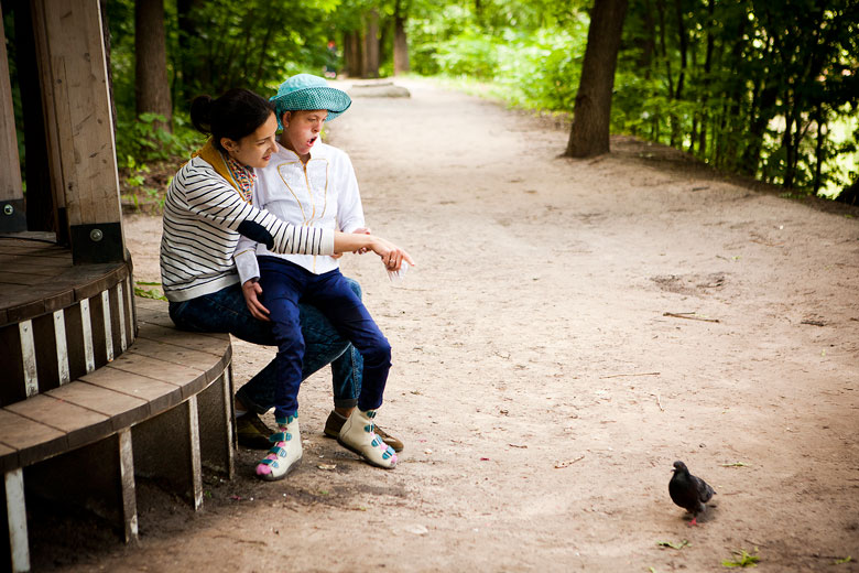 5. Настя всегда очень внимательно слушает и смотрит