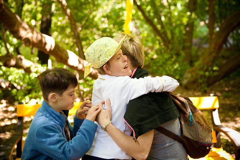 6. Волонтер Лена Бурляй обычно приходит к Вове, но другие дети, в том числе Настя, хорошо ее знают и любят