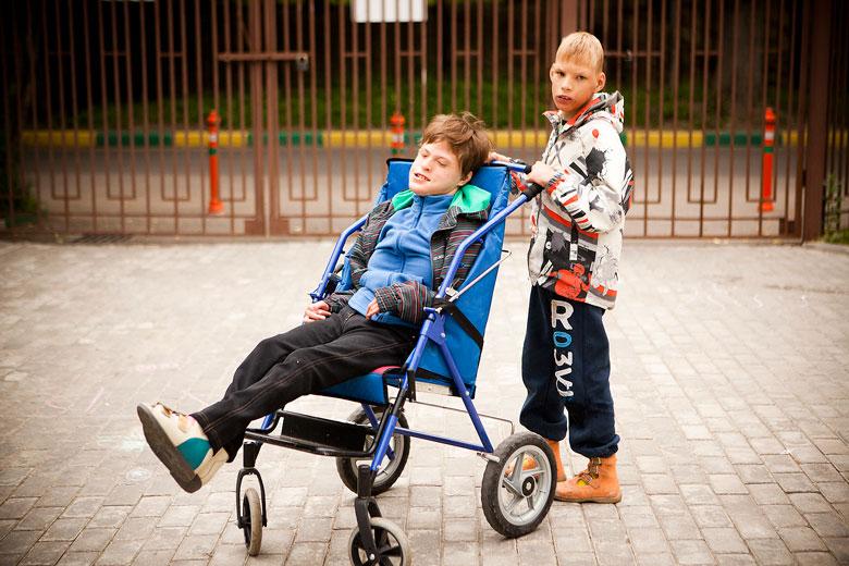 9. Любимое развлечение Дани – катать коляску. Если в коляске при этом сидит Настя, Даня радуется еще больше