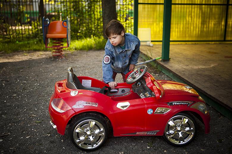 2. Эта красная роскошная машина лишила сна не только Мишку, но и многих ребят из Домика