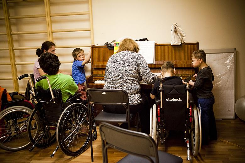 5. Волонтер Люба Радыгина приходила к детям, когда они еще жили в интернате. Теперь приходит и в Домик: помогает гулять, одеваться, после обеда играет им на пианино