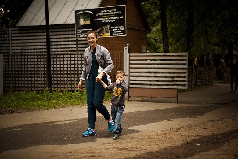 9. Актриса и волонтер Татьяна Паршина на прогулке с Мишей