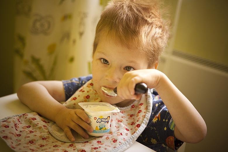 6. Самый маленький мальчик в Домике лучше всех ест ложкой