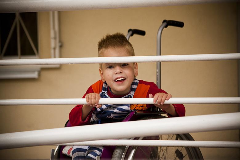 9. Потихоньку Костик научился управлять маленькой инвалидной коляской
