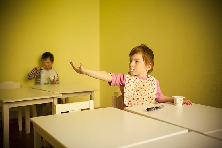 5. Этот жест на Наташином языке значит: «Помойте мне, пожалуйста, руки»