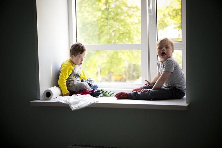 3. Видимо, в прежнем интернате сидеть на окне не разрешали, так что теперь два Антона с подоконника не слезают
