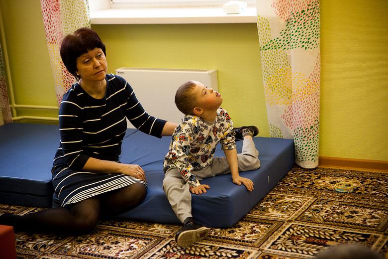 2. Даню не учили говорить, читать, пользоваться жестовой системой коммуникации, так что сейчас в Домике воспитатели только-только начинают искать с Даней общий язык