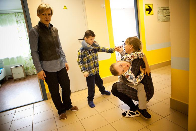 4. Даня со своими друзьями – мальчиком Вовой и его волонтером Леной