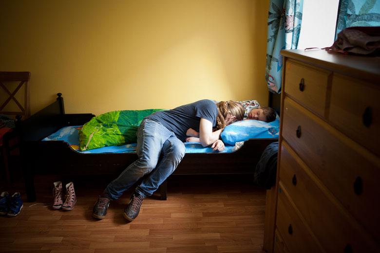 7. Волонтер и друг Дани Илья Ларин показывает, как нужно засыпать, на собственном примере