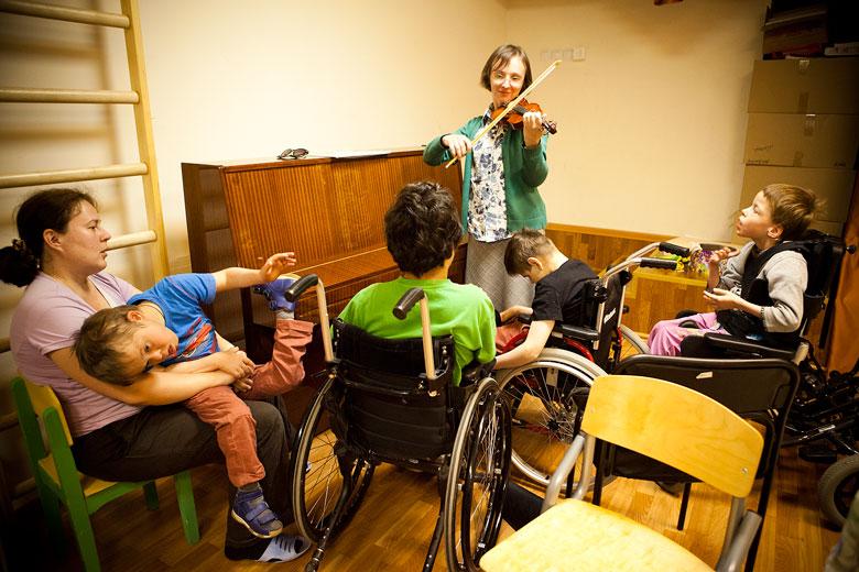 8. Музыку все дети в Домике очень любят, кто-то из волонтеров всегда старается поиграть на пианино, гитаре или скрипке