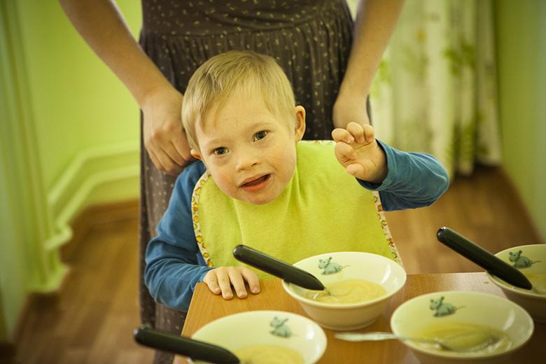 5. Архип, как и все дети в Домике, научился самостоятельно есть, потихоньку привыкает к твердой пище
