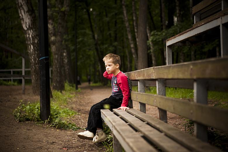 1. Сережа смотрит на пони и детей в Нескучном саду