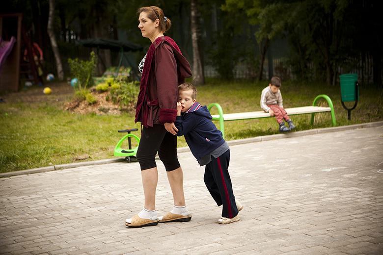 3. Сережа может ходить, приклеившись к Алене, часами