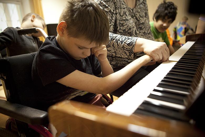 8. Волонтер Люба приходит каждую неделю, чтобы играть для Феди на пианино