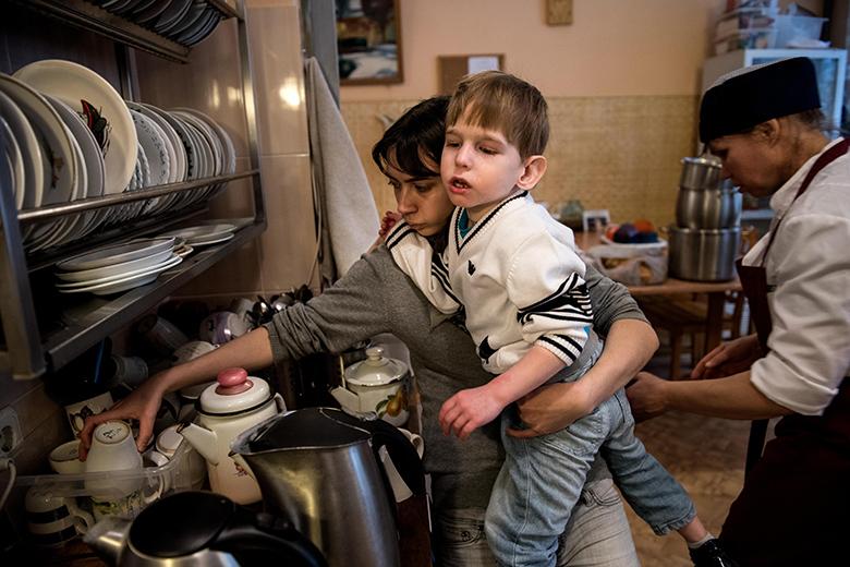 7. Сложно представить, как сильно отличается настоящий Кирюшин мир от того, что было в интернате – оказывается, в жизни есть прогулки, занятия, стиральная машина, кухня, наконец