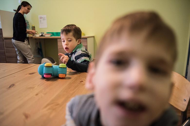 2. Антошка научился спокойно ждать: пока Настя готовит еду, он играет с машинкой