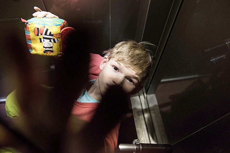 2. У Оли теперь гора любимых игрушек, а руки больше не связаны